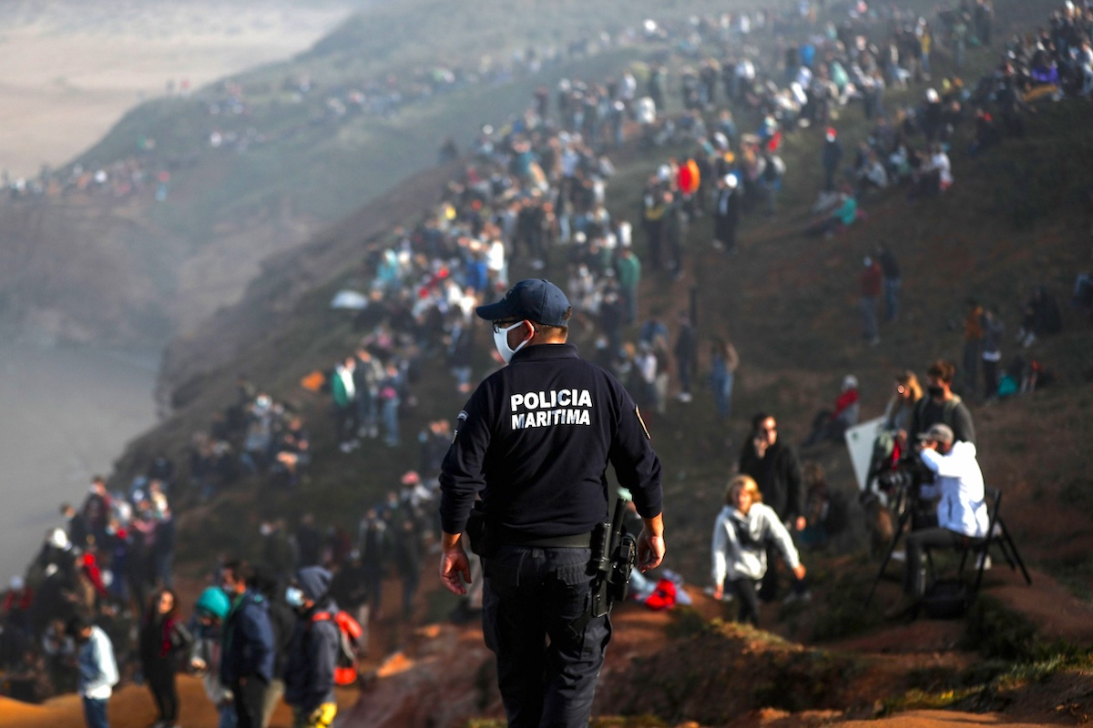 Policia Marítima Nazaré Olas grandes